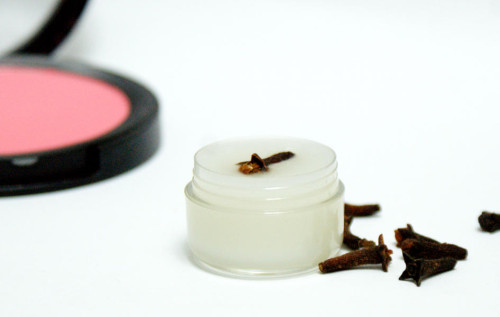 shea butter and essential oil lip balm (via soapdelinews)