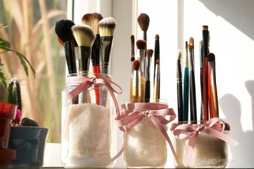 Mason Jar Makeup Brush Holders (via beautynewbie)