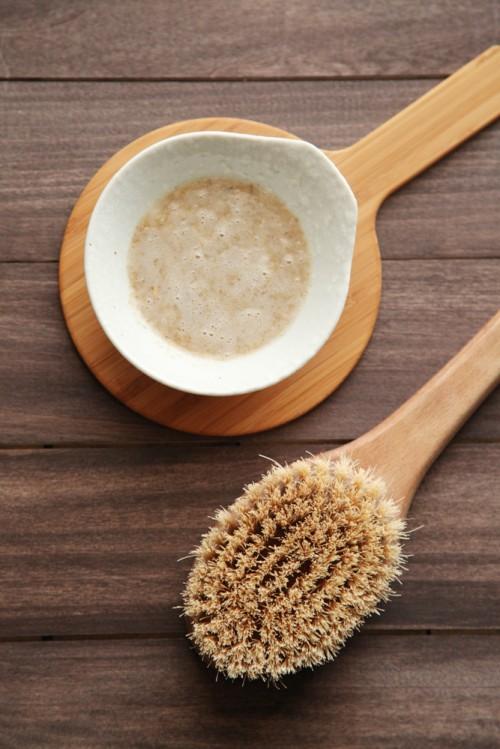 gentle oatmeal body scrub (via alyssaandcarla)