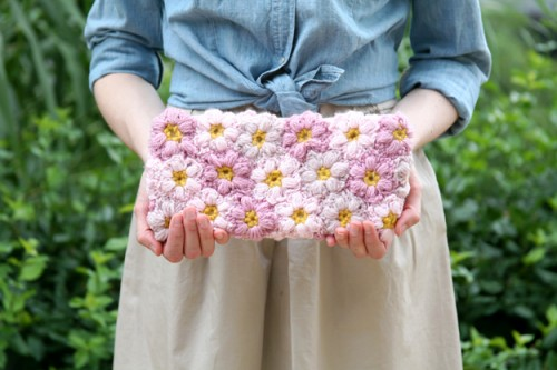 crocheted flowers clutch (via caughtonawhim)