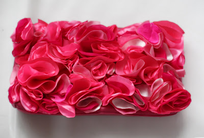 bright fabric flower clutch (via happy-diy)