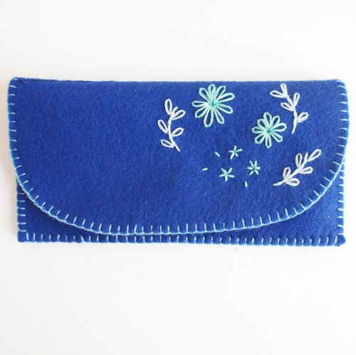embroidered flowers clutch (via sweetlittlesparrow)
