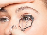 how-to-curl-your-lashes-right-4