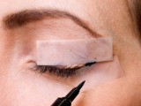 how-to-make-the-perfect-cat-eye-makeup-with-a-scotch-tape-3