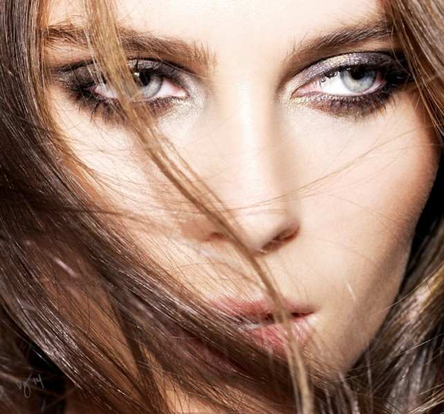 Picture Of how to master sparkling smokey eye makeup  1