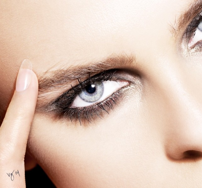 Picture Of how to master sparkling smokey eye makeup  3