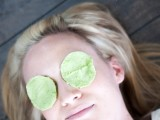 natural-diy-eye-cooling-pads-to-reduce-puffiness-and-dark-circles-1