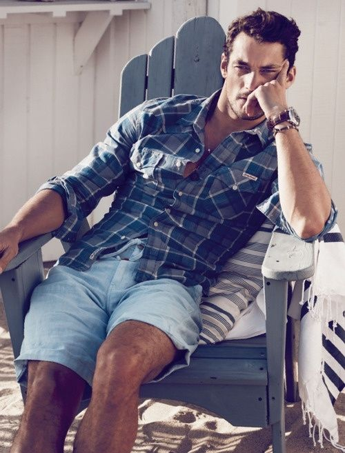 a plaid shirt and light blue linen shorts are all you need to relax during your holiday