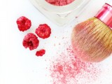 simple-and-all-natural-diy-blush-with-dried-raspberries-2