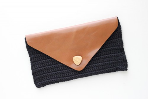 crocheted and leather clutch (via shelterness)