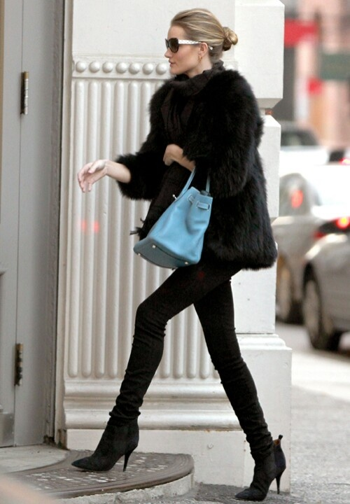 Picture Of super chic short fur coat outfits to feel warm in winter  15