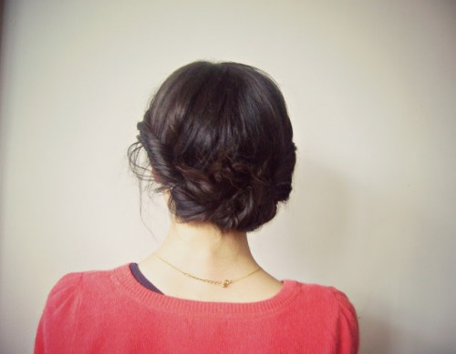 twisted updo (via thelittleskylark)