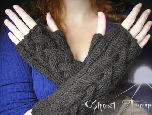 ghost train fingerless gloves (via pixelatedmushroom)