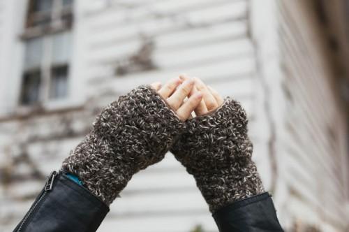 crocheted fingerless gloves (via alwaysrooney)