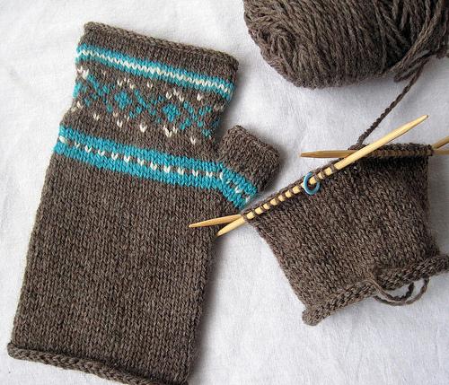 fair aisle fingerless gloves (via thestitcherati)
